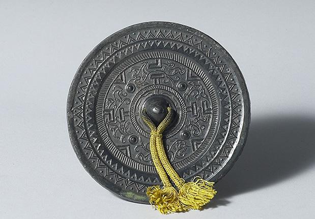 东汉早期博局神人神兽纹镜