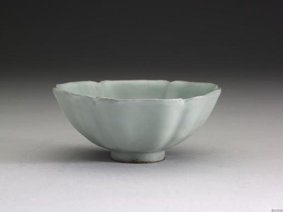 南宋官窑青瓷葵花式碗