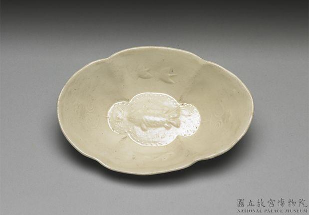 唐白瓷印花鱼纹杯