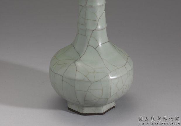 南宋-元官窑青瓷八方弦纹盘口瓶