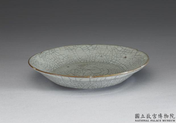 南宋-元哥窑青瓷葵口盘