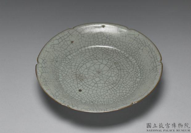 哥窑青瓷葵口盘